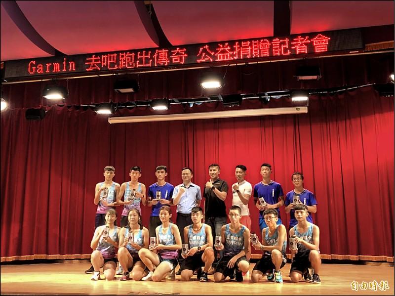 超馬好手陳彥博(後排右3)昨出席廠商公益活動。(記者粘藐云攝)
