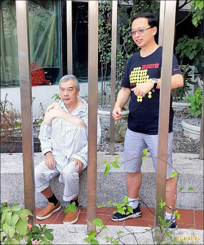 運動復健名醫林頌凱(右)探視「網壇教父」張約翰(左)。(記者梁偉銘攝)