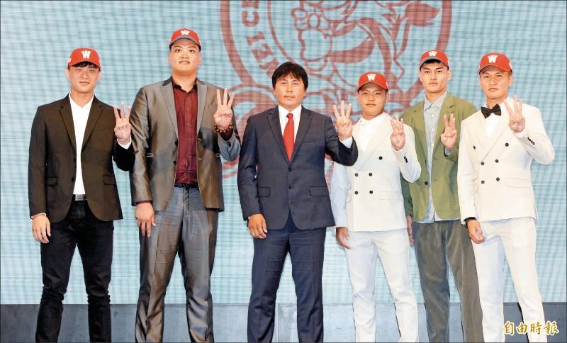 左起董秉軒、廖任磊、總教練葉君璋、王順和、楊鈺翔、林辰勳。(記者林正堃攝)