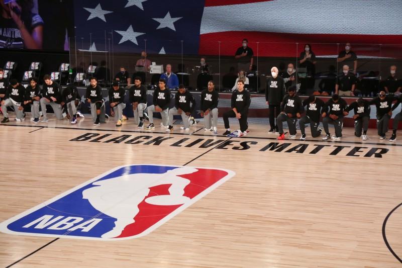 NBA》馬刺帕總、女助教未單膝跪地 贏球功臣德羅森這麼說
