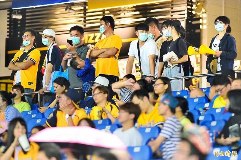 中職密切關注國內疫情變化,球場觀眾上限將維持現行50%的規模,對球迷進場戴口罩也可能從建議恢復為強制。(記者廖耀東攝)