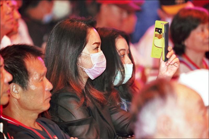 郭泰源出席台灣棒球名人堂表彰儀式,妻子張瓊姿(中)與女兒到場觀禮。 (中央社)
