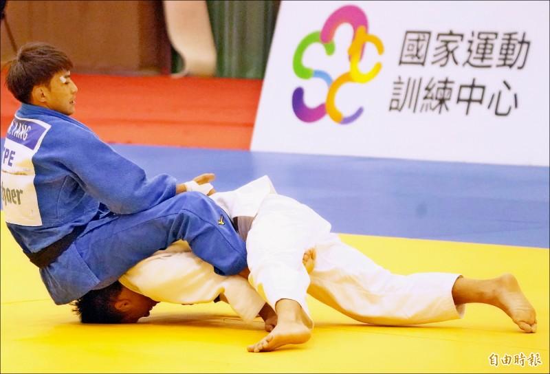 模擬東京奧運對抗賽柔道男子60公斤級,弟弟楊勇緯(左)昨擊敗哥哥楊俊霆(右)。(記者黃志源攝)