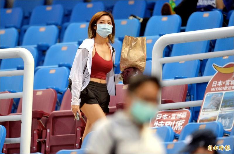 中職防疫沒鬆懈,球迷在離開座位時會被要求須全程戴上口罩。(記者林正堃攝)
