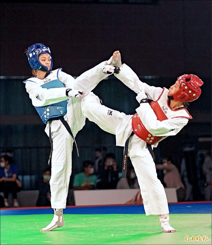 擁有亞運、世大運雙金的21歲跆拳道女將蘇柏亞(左),昨在模擬東京奧運對抗賽女子49公斤級登場,先後踢下林唯均、莊天羽及洪幼婷奪金,也為明年前進東京奧運增添信心。(記者黃志源攝)