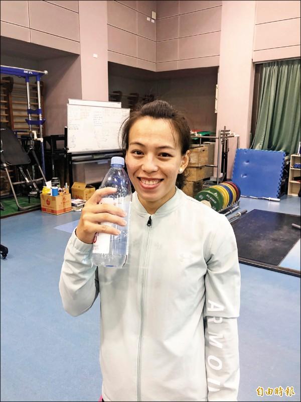 郭婞淳不喝一般飲水機的水,她都固定購買法國天然礦泉水飲用。(記者林岳甫攝)