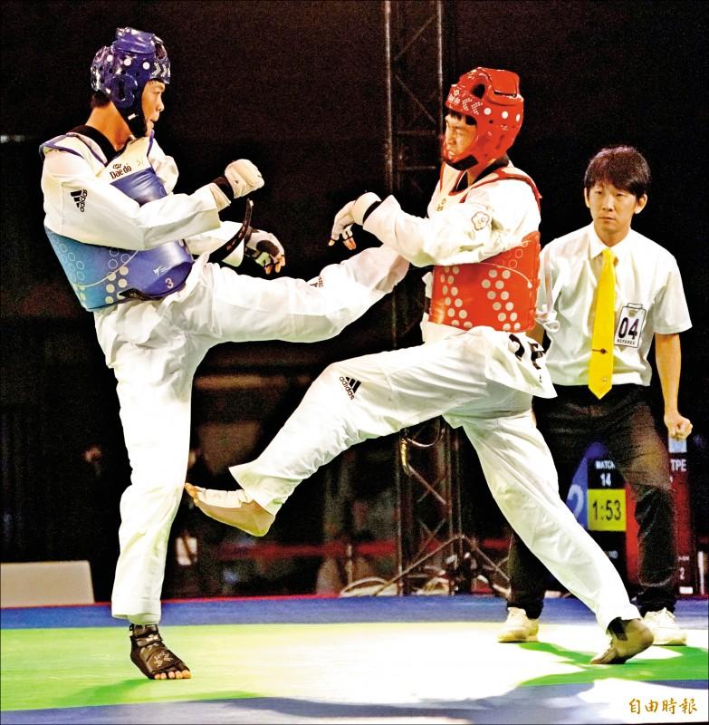 黃鈺仁(左)昨用模擬賽嘗試新動作,收下銀牌。(記者黃志源攝)