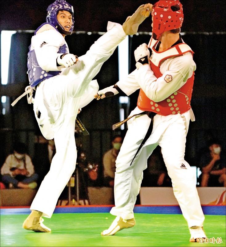 劉威廷(左)昨模擬對抗賽踢贏李孟恩(右)。(記者黃志源攝)