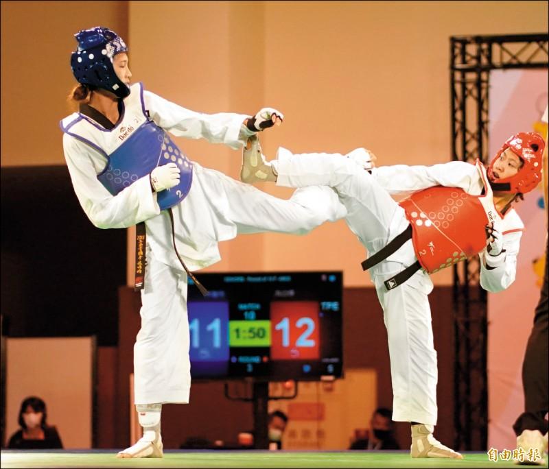 洪幼婷(右)與對手林唯均(左)纏鬥,最後在驟死賽精彩勝出。(記者黃志源攝)