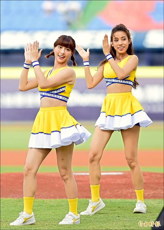 兄弟啦啦隊女孩峮峮(左)日前被爆與黃鴻升傳誹聞。(記者廖耀東攝)