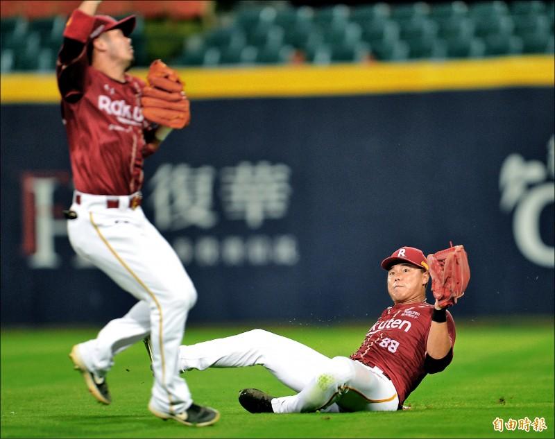 桃猿藍寅倫(右)與郭嚴文搶接飛球。 (記者林正堃攝)
