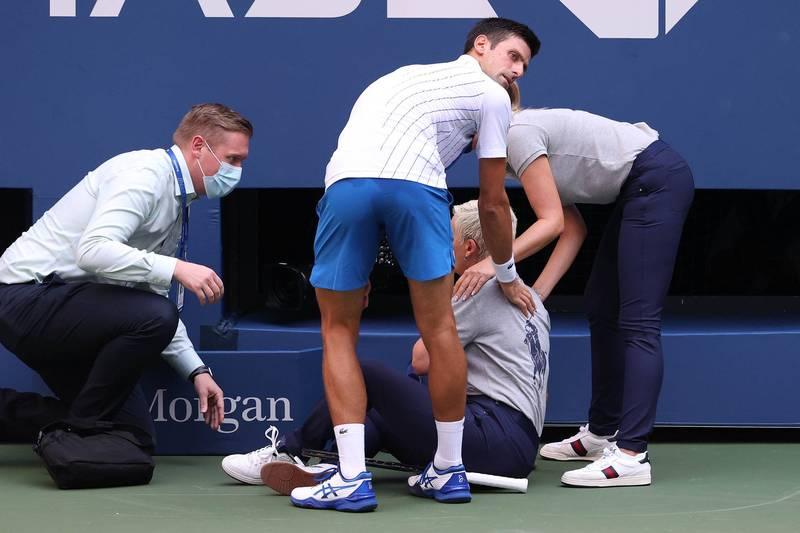 世界球王喬科維奇於台北時間7日清晨在美國網球公開賽對戰西班牙選手卡瑞諾期間,因擊球時意外「打」到裁判被判落敗,被判取消資格。(法新社)