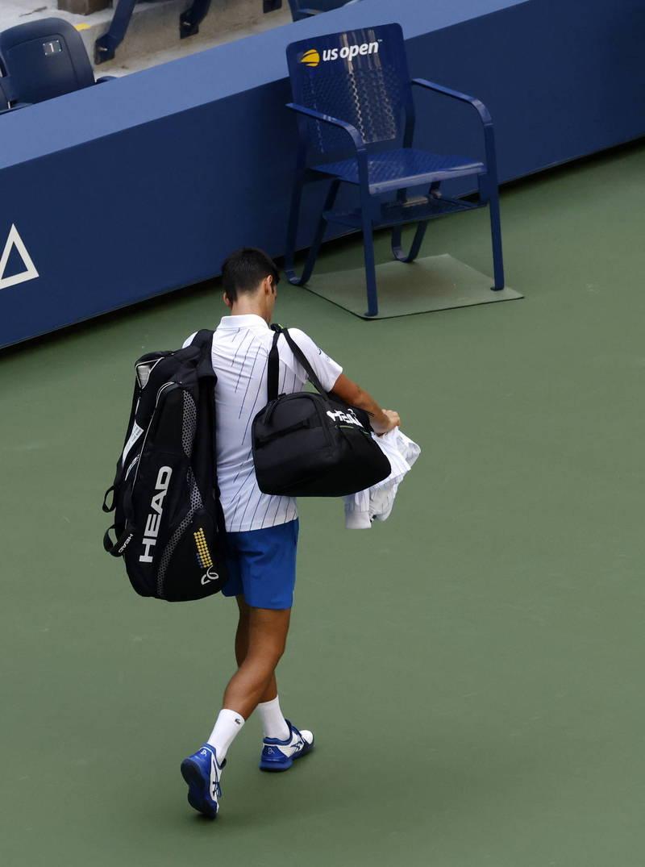 世界球王喬科維奇於台北時間7日清晨在美國網球公開賽對戰西班牙選手卡瑞諾期間,因擊球時意外「打」到裁判被判落敗,被判取消資格。(歐新社)