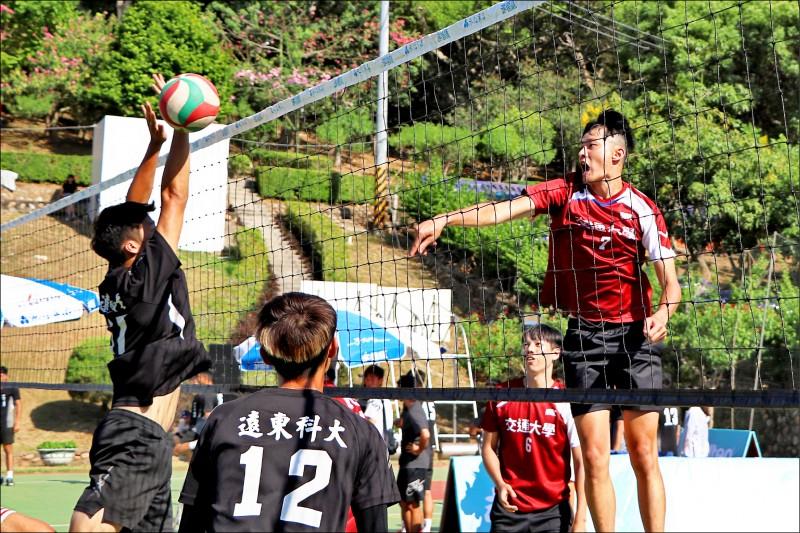 交大男排(紅衣)在預賽擊敗老對手遠東科大,報去年決賽落敗的一箭之仇。(永信杯提供)