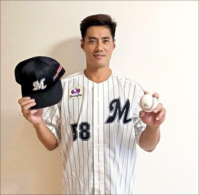 陳偉殷披上日本職棒羅德隊58號球衣。(取自羅德推特)