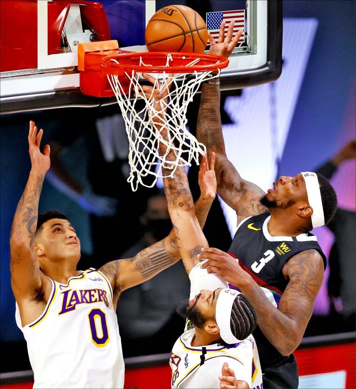 A.戴維斯(上圖中)昨全場只拿到2個籃板,創生涯最差紀錄。(歐新社)