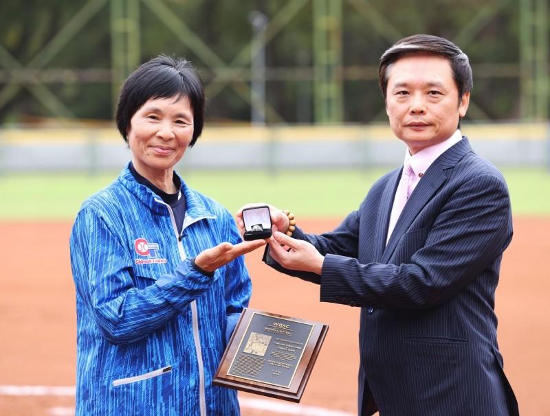 當年2天內撐40局「台灣女壘傳奇」張簡金玲獲WBSC名人堂殊榮