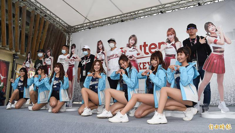 中職》樂天女孩人形立牌拍賣 Yuri賣出16萬元最高價