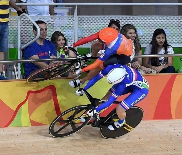 奧運》自行車長翅膀? 荷蘭競輪選手「看板跑法」太神啦!