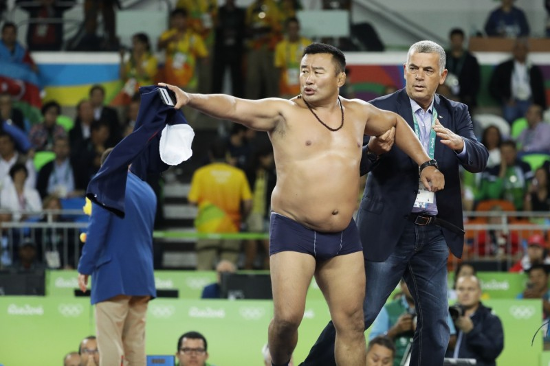 奧運》輸掉銅牌脫光抗議 蒙古角力教練遭禁賽