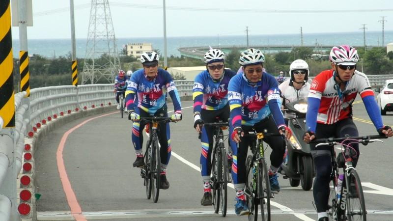 環台送暖行第4日 63名企業菁英挑戰112公里極限