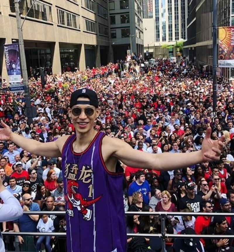 NBA》暴龍奪冠遊行 林書豪穿經典球衣、開心噴香檳