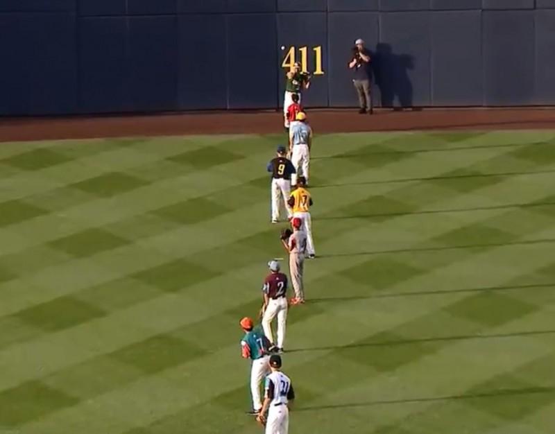 MLB》史上最「搞剛」! 小球員從外野接力完成開球(影音)