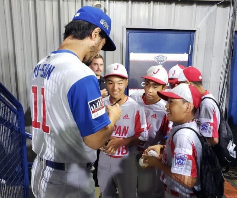 MLB》賽前與少棒小球員同樂 達比修有聽日本國歌好興奮
