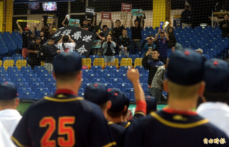 亞錦賽》台灣球迷高舉「光復香港」 香港球員比讚、揮手致意