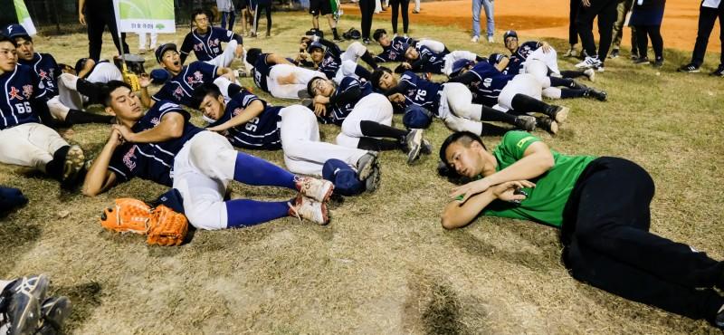 棒球》太有心!躺在地上示範收操 曾仁和教社團教到滿頭大汗