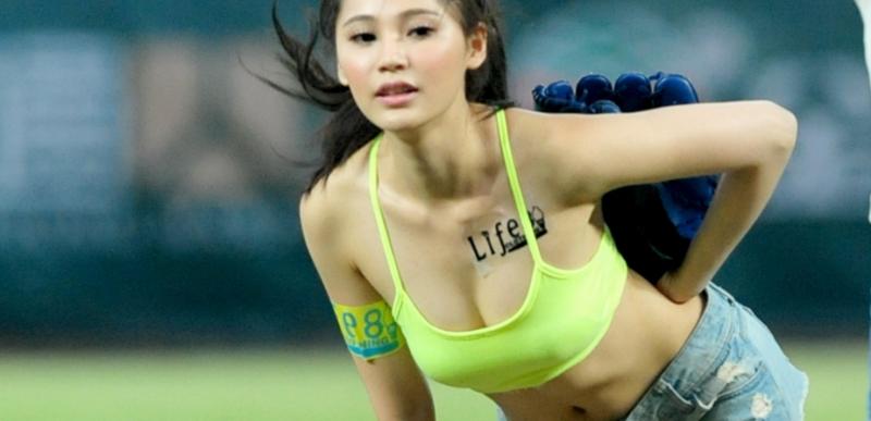 中職》日媒翻出台灣名模爆乳開球 畫面嚇到日本球迷(影音)