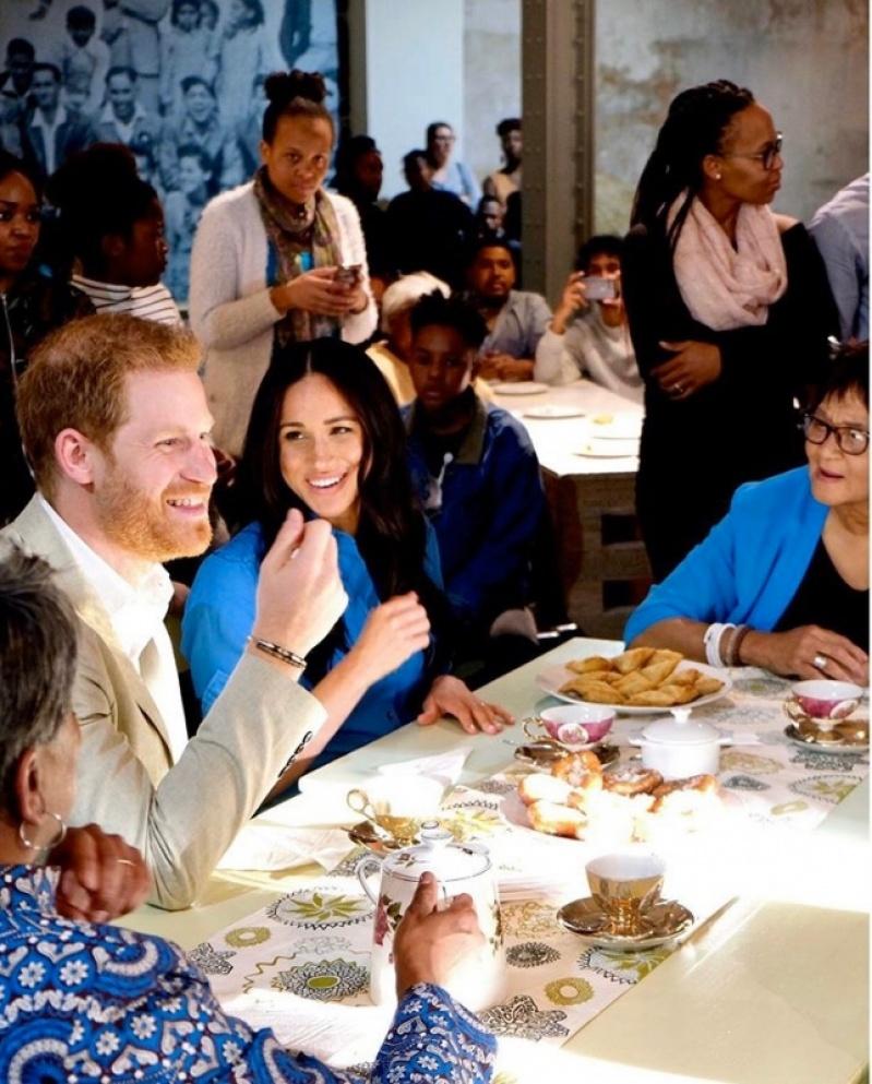 梅根王妃轉性了?出訪非洲首日竟穿「便宜貨」、「回收舊衣」現身!