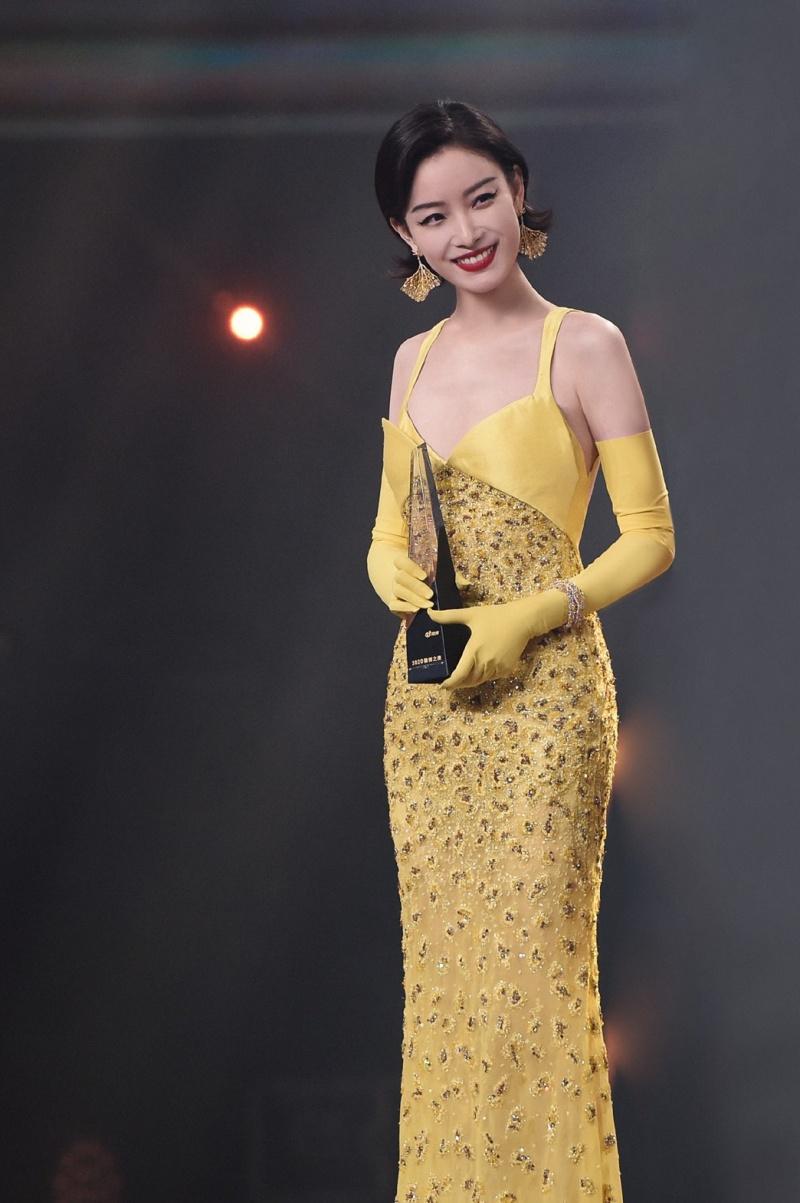 網友笑翻!中國一線女星上台合影逼擺「大媽 POSE」有夠土