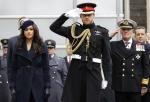 穿黑衣、公開場合翹腳!哈利梅根「非典夫妻」宣退位早有跡象?