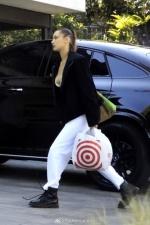 辣模Bella Hadid衝超市囤貨!外套底下「比基尼」直接上街超火辣