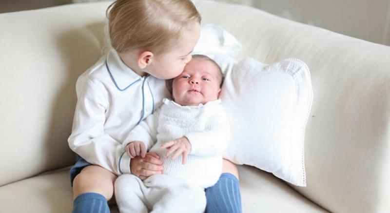 喬治王子抱妹照萌翻!英國夏綠蒂小公主一歲前行程已滿