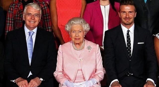 貝克漢難掩興奮  與英國女王相鄰而坐大呼好榮耀