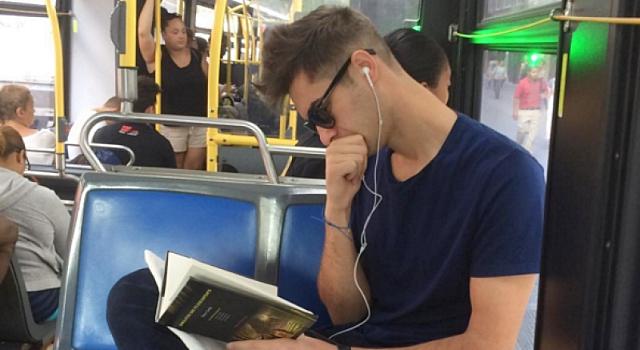 看書的男人最帥氣!紐約地鐵裡的閱讀型男好迷人!