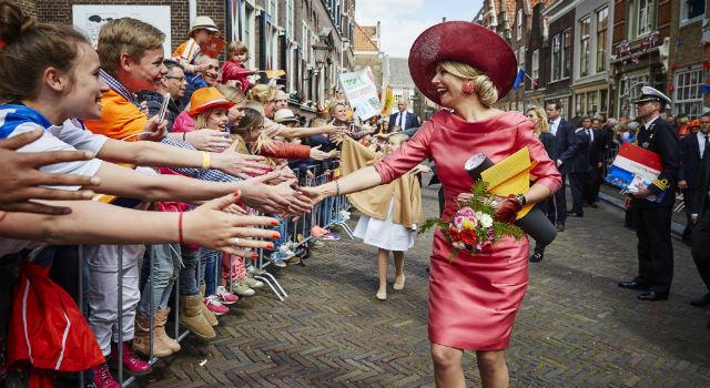 不只英國女王 荷蘭王后也有超厲害的帽子!