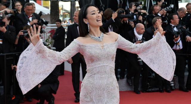 51歲鞏俐坎城紅毯扮「仙鶴」!透視禮服辣秀身材力壓眾嫩妹