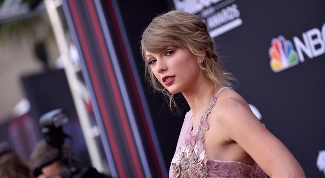 泰勒絲變瘦了!告示牌音樂獎紅毯造型秀「大腿根部」超辣眼