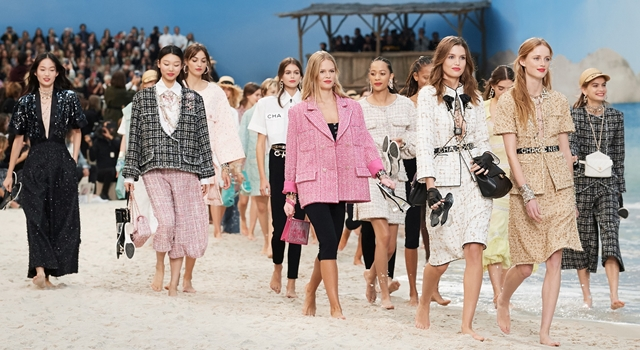 巴黎時裝週》CHANEL把大皇宮變海灘!模特兒光腳丫走秀好愜意!