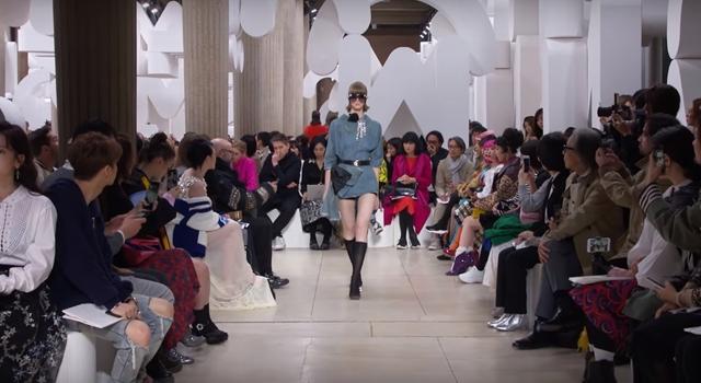 巴黎時裝週》MIU MIU讓穿著復古的模特兒在秀場玩躲貓貓!