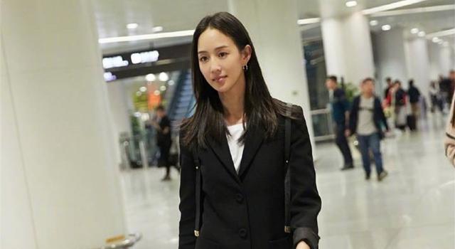 張鈞甯最新機場造型遭網嫌「亂穿」?穿一身黑秀11字鉛筆腿!
