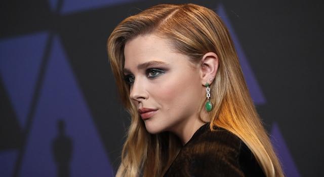 好萊塢女星紅毯禮服「腰內肉」狂擠!網驚:造型師想毀了她?