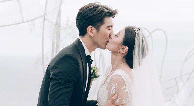 賈靜雯深 V婚紗3米長襬好浪漫!咘咘、波妞白色小洋裝萌翻天