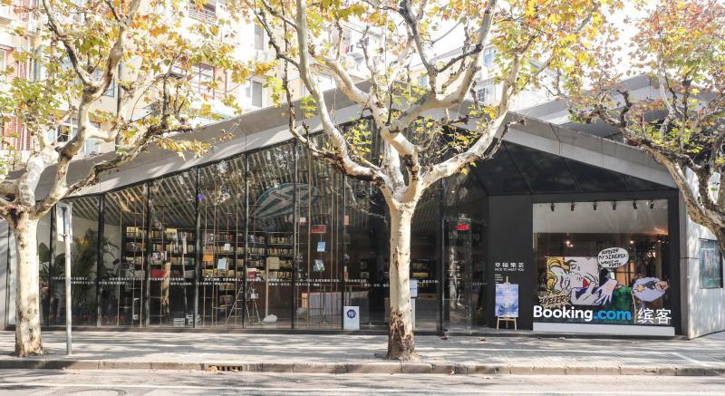 睡在書店裡的夢想實現了!Booking.com推出限時限量「快閃書屋」!