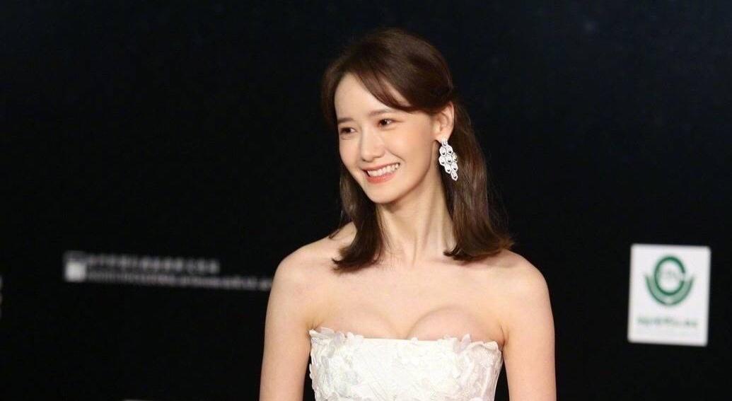 潤娥突破尺度解放秀深溝!穿白紗走紅毯粉絲喊:女神嫁給我!