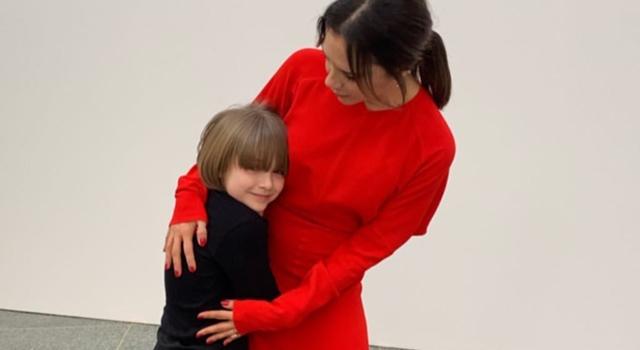 7 歲貝小七現在長這樣!最新「齊劉海短髮」造型比媽媽還搶鏡!