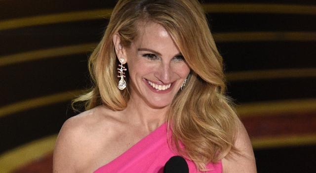 沒走紅毯卻成「奧斯卡最美」!茱莉亞羅勃茲這套桃紅洋裝網讚爆!
